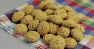 Pepernoten, un ossequio tradizionale con la festa olandese Sinterklaas Biscotto archivi video