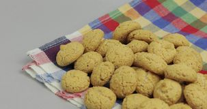 Pepernoten, un ossequio tradizionale con la festa olandese Sinterklaas Biscotto stock footage