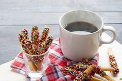 Pepero godis med varmt kaffe på träbakgrund Arkivfoton
