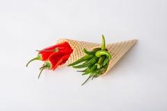 Peperoncini caldi rossi e verdi nei coni del wafer Fotografia Stock