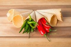 Peperoncini caldi rossi e verdi nei coni del wafer Fotografie Stock Libere da Diritti
