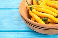 Peperoncini gialli in ciotola Fotografia Stock