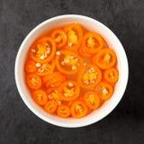 Peperoncini rossi affettati nella ciotola Immagine Stock Libera da Diritti