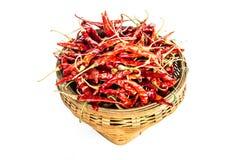 Peperoncini rossi asciutti rossi in canestro di bambù Immagine Stock