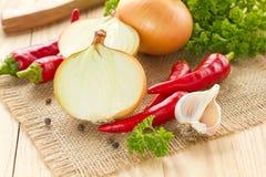 Peperoncini rossi, cipolla ed aglio Immagini Stock Libere da Diritti
