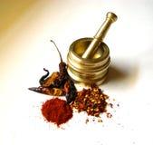 Peperoncini rossi con il mortaio d'ottone 4 Fotografie Stock Libere da Diritti
