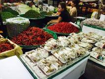 Peperoncini rossi e fungo al mercato di verdure, Bangkok Immagini Stock