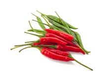 Peperoncini rossi rossi e verdi isolati su fondo bianco Fotografia Stock