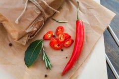 Peperoncini rossi, foglia di alloro, rosmarini e varie spezie Fotografia Stock