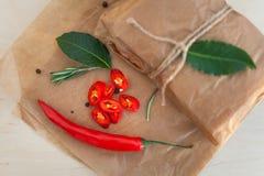 Peperoncini rossi, foglia di alloro, rosmarini e varie spezie Immagini Stock