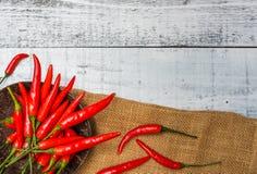 Peperoncini rossi rossi caldi e piccanti Immagine Stock