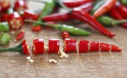 Peperoncini rossi rossi e verdi freschi tagliati Fotografia Stock