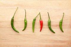 Peperoncini rossi rossi fra i peperoncini rossi verdi Fotografie Stock Libere da Diritti