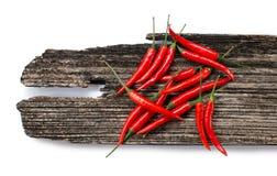 Peperoncini rossi rossi su una plancia Fotografia Stock