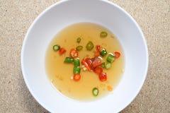 Peperoncini rossi in salsa di pesce in una tazza Fotografie Stock
