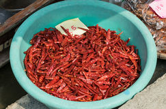 Peperoncini rossi secchi dal mercato della fine su Fotografia Stock Libera da Diritti
