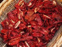 Peperoncini rossi secchi nel canestro di trebbiatura Fotografia Stock Libera da Diritti
