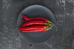 Peperoncini rossi su un piatto Fotografia Stock