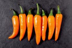 Peperoncini rossi sulla tavola Fotografia Stock