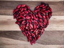 Peperoncini rossi tailandesi sotto forma di un cuore fotografie stock libere da diritti