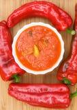 Peperoncini in salsa al pomodoro con le erbe e l'aglio Immagini Stock