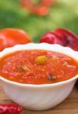 Peperoncini in salsa al pomodoro con le erbe e l'aglio Immagine Stock