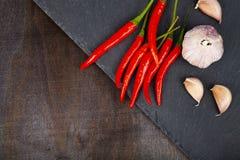 Peperoncino rosso, aglio e granelli di pepe caldi Fotografia Stock Libera da Diritti