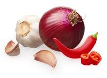 Peperoncino rosso con i pezzi tagliati, cipolla, aglio con i chiodi di garofano Immagine Stock