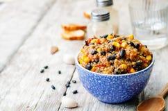 Peperoncino rosso dei fagioli neri, della quinoa e del cereale Fotografie Stock