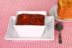 Peperoncino rosso di stile del Texas con pane tostato Immagini Stock Libere da Diritti