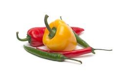 Peperoncino rosso e pepe di bulgarina isolato Immagini Stock