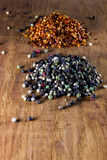 Peperoncino rosso e pepe nelle coperture Fotografie Stock