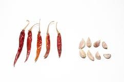 Peperoncino rosso e pezzo diritti di aglio Fotografia Stock