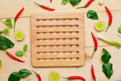 Peperoncino rosso, limone e verdure rossi sul bordo di legno Fotografia Stock