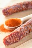 Peperoncino rosso nel cucchiaio e nella salsiccia Immagini Stock