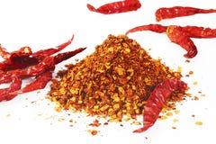 Peperoncino rosso rosso e polvere di peperoncini rossi rossa Immagine Stock