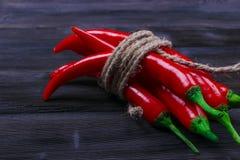 Peperoncino rosso sui precedenti di legno scuri, fine su Fotografia Stock Libera da Diritti