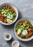 Peperoncino rosso vegetariano del cece del bufalo del pranzo del servizio con i funghi su un fondo grigio, vista superiore Alimen fotografia stock