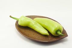 Peperoncino rosso verde su fondo bianco Fotografia Stock