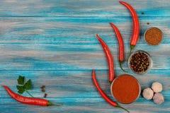 Peperoncino, spezia del peperone e piselli del pepe nero su fondo di legno Fotografie Stock Libere da Diritti