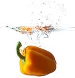 Peperone dolce che cade nell'acqua Immagini Stock
