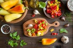 Peperone dolce con aglio su fondo di legno Fotografie Stock Libere da Diritti
