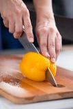 Peperone dolce giallo che è tagliato su un bordo di legno Fotografia Stock Libera da Diritti
