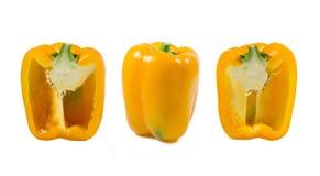 Peperone dolce maturo di colore giallo in un taglio su un fondo bianco fotografia stock libera da diritti