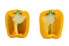 Peperone dolce maturo di colore giallo in un taglio su un fondo bianco immagine stock libera da diritti