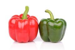 Peperone dolce rosso e verde isolato su un fondo bianco Fotografia Stock