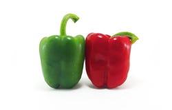 Peperone dolce rosso e verde su fondo bianco Fotografia Stock