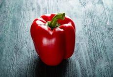Peperone dolce rosso sulla tavola blu verde-cupo scura Fotografie Stock Libere da Diritti