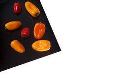 Peperone dolce sullo strato nero isolato su bianco fotografie stock