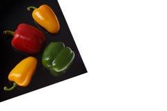 Peperone dolce sullo strato nero isolato su bianco fotografia stock libera da diritti